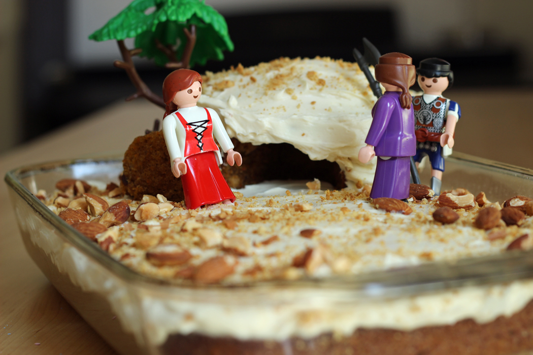 empty tomb cake with plastic women and soldier