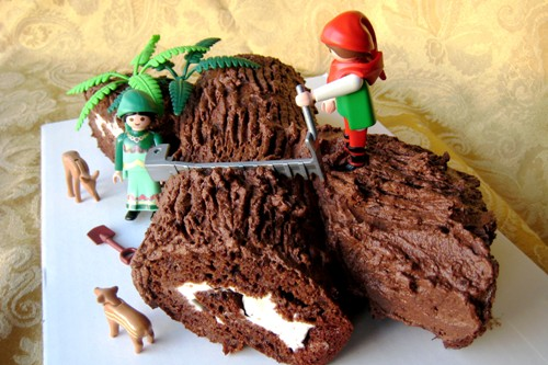 An Easy Way to Make A Buche de Noel or Yule Log Cake for Christmas
