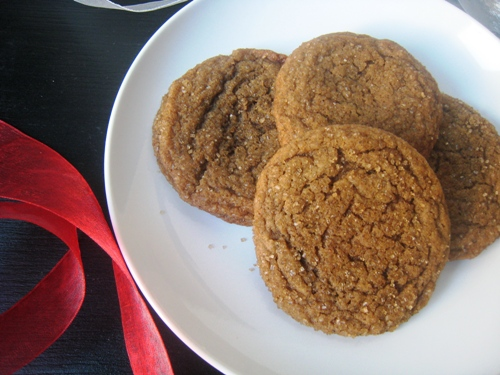 Gingerbread crinkles on a plate